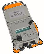 - Gleichzeitiges Erfassen von Analogwerten und Impulsen - Anschluss von bis zu 4 Sensoren möglich (CDL - 4U) - Eingänge wahlweise an Impulsgeber oder Analogsensoren anschließbar - 3 unabhängige Messspeicher (Tages-, Stunden- und Detailwerte) - Positive und negative Messwerterfassung - LCD-Anzeige für aktuelle Werte; umschaltbar mittels Reedschalter - Alarmkontakt - Kompakte Bauform - Netzunabhängig durch Batterie - Getrenntes Batteriefach für handelsübliche Batterien (LR 6)